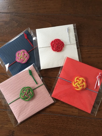 立体的な梅花の水引がかわいい正方形のポチ袋には、ふたつ折にした紙幣がちょうど入ります。