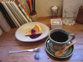 コーヒーは、注文を受けてから豆をひいて淹れてくれます。  ランチメニューは「まぐろアボカド丼」or「ジャージャー麺」+ドリンク。満月の晩は、カフェの営業時間を22時まで延長して、キャンドルナイトに。