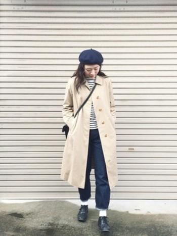 インディゴブルーのデニムとベレー帽の色を合わせてカラーコーデを楽しみましょう。落ち着いた色のコーデにはベージュのトレンチコートがよく似合いますね。