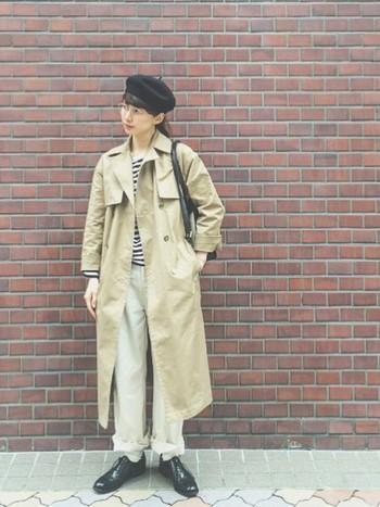 ボーダートップスにパンツのシンプルスタイルにベレー帽を合わせたジェンダーレスコーデ。太めのパンツのすそを折り返して、野暮ったくなるのを避けたひと工夫がさすがですね!ロングのトレンチコートもスッキリ見えますね。