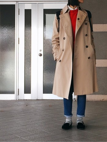 トレンチコートのベージュには赤系インナーがよく似合います。女性らしいブラッドオレンジのインナーはコーデに華を添えてくれます。白シャツを中に着ることで、きちんと感あるコーデに仕上がります。