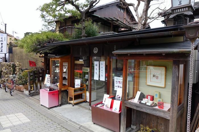 先程、おすすめのお土産のコーナーでご紹介した「七条甘春堂本店」は、古くから寺社仏閣の御用達を務めてきた慶応元年(1865年)創業の老舗店。干菓子で良く知られる和菓子店です。