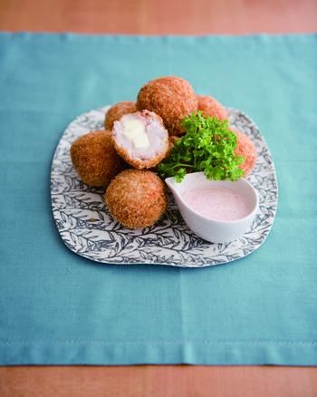 ちょっと変わり種のおつまみなら、里芋と明太子を使ったコロッケなんていかがでしょう?里芋の少しねっとりとした独特の食感が、ポテトコロッケとはまた違った感覚で楽しめます。