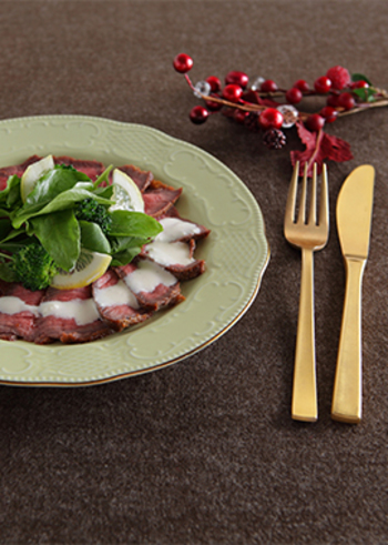 """タリアータはイタリアの料理で、""""薄く切った""""という意味を持つ肉料理。ローストビーフとよく似ていて、同じようにフライパンで作ることができます。緑の野菜と白いチーズソースを添えて、クリスマスにぴったりの一皿に。"""