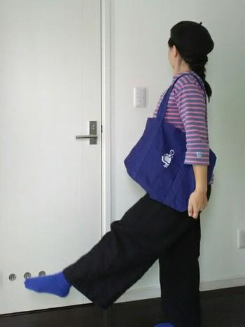 ナチュラルコーデにイヤマのトートバッグを合わせたコーデ。ソックスも同じ色のブルーをさりげなく合わせて爽やかな印象です♪