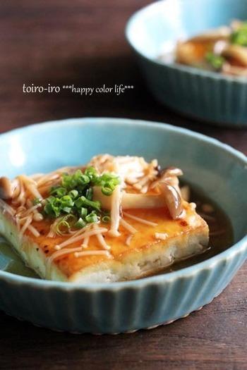 にんにくとしょうがの香りが、食欲をそそる豆腐ステーキ。木綿豆腐は型くずれしないようにレンジで湯切りを。