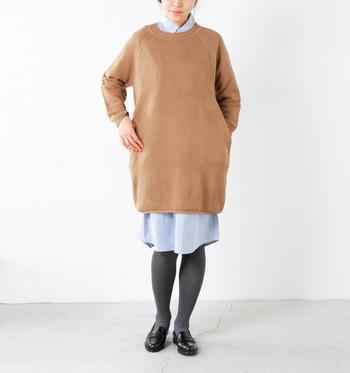 やや短め丈のニットワンピースは、シャツワンピースとのレイヤードがおススメです。スッキリと、清潔感のある着こなしに仕上がりますよ。