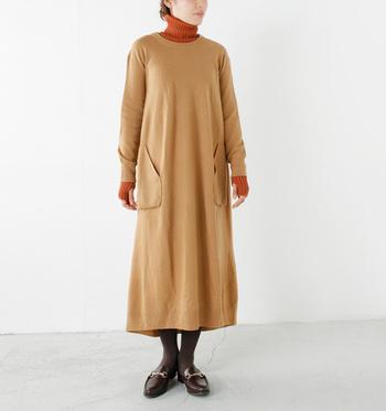 たっぷりの着丈が上品なキャメルカラーのロングニットワンピース。インナーにタートルニットを合わせて、暖かさと色のコントラストを楽しむのも◎