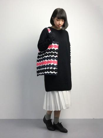 袖にパプコーン編みのポコポコがたっぷりついたガーリーな雰囲気のニットワンピース。ロング丈のプリーツスカートにレイヤードすると、一気に今っぽいゆったりとしたオーバーシルエットの着こなしに仕上がります。