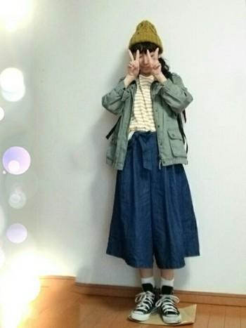 今度は変わってスカートとミリタリージャケットの組み合わせ。 一気に可愛らしい雰囲気のコーディネイトになりますね♪