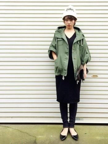 ブラックのワンピースとミリタリージャケット! とてもシンプルで大人可愛い組み合わせですよね。