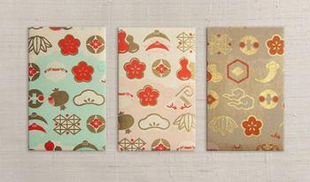 オリジナル制作の包装紙で作ったポチ袋。清々しい色合いに、金や朱の柄が鮮やか。