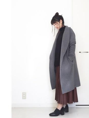 こちらは「ガウンコート」と「ロングプリーツスカート」を合わせたコーディネートです。オーバーサイズのガウンコートですが、すとんと落ち感があるので丸くなりません。プリーツスカートの縦ラインも効果的ですね。