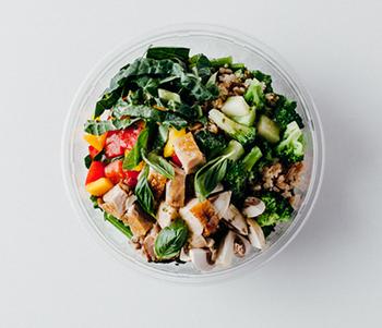 """バジルの香りが楽しめる「Chicken Green Bowl(チキングリーンボウル)」。こちらは、葉物野菜にキヌアやワイルドライス、スペルト小麦が入った穀物のサラダシリーズ「GRAINZ(グレーン)」のひとつ。他、スウィートコーンボウル・スパイシーレッドボウルの全3種類!こちらのシリーズは、ベースを白菜に変える事で""""ホットサラダ""""としてお召し上がりいただく事も可能です。寒い季節や、身体の冷えが気になるときにどうぞ♪"""