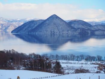 雪に包まれ、透明感のある光景にうっとりですね。ニセコやルスツなども近いので冬はスキーの旅と一緒に計画するのも良いでしょう。