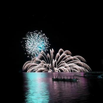 「洞爺湖ロングラン花火大会」は4月頃から半年、毎日20分ほど開催されています。湖面に移る光がロマンチックな夜を演出します。