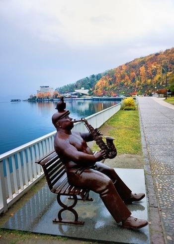 洞爺湖の周りには58の彫像があるそうです。自然に馴染み秋色の風景とも相性が良いですね。自然豊かな芸術の旅はいかがですか?