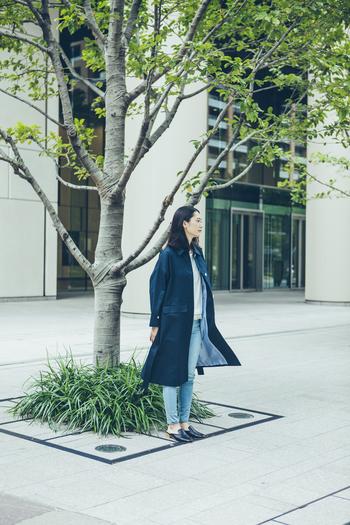 お出かけに颯爽と羽織りたいコート。流行にとらわれないベーシックなデザインだから、ずっと愛用できそうですね。