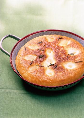 オーブンがなくても作れるパン、フォカッチャのレシピです。例えるなら、お鍋で炊くご飯のよう。火加減にちょっと工夫が必要ですが、フライパンでもおいしく焼けますよ。
