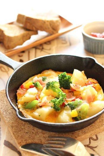 具材をたっぷりのせることができて、華やかに見えるのがオープンオムレツの魅力。卵と具材があれば作れるので、あと一品や朝食にもおすすめです。できたて熱々を召し上がれ!