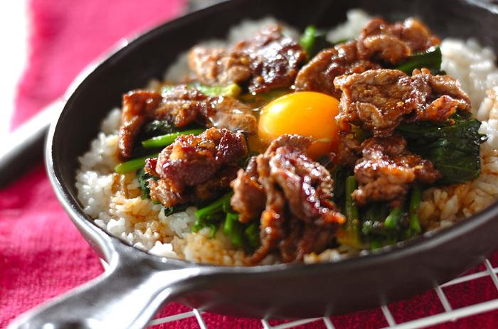 石焼きビビンバならぬ、フライパン焼きビビンバ。味付けは焼肉のタレのみの、ささっと作れるお手軽レシピです。フライパンで焼くことでおこげも作れますし、熱々を食べることができ、洗い物も減って良いこと尽くしですね。