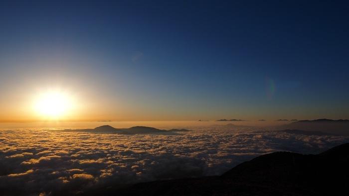 乗鞍岳から臨む日の出の美しさは格別です。眼下いっぱいに広がる雲海から朝陽が顔をのぞかせ、空と雲が白んでゆく絶妙の色合いは、この世のものとは思えないほど神秘的です。