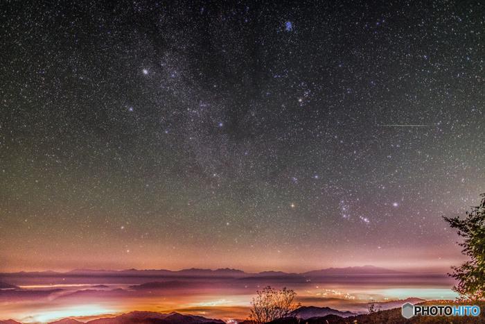 乗鞍岳で眺める夜空は、まるで天然のプラネタリウムのようです。夜空に輝く無数の星は、藍色のベルベットに宝石を散りばめたような美しさです。