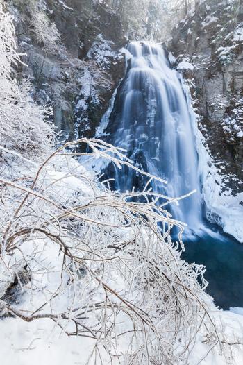 冬になると、番所大滝は夏場とは異なる雰囲気を醸し出します。雪に包まれた樹木や岩肌と、滝が散らす白いしぶきが融和し、番所大滝周辺は幻想的な空間へと変貌します。