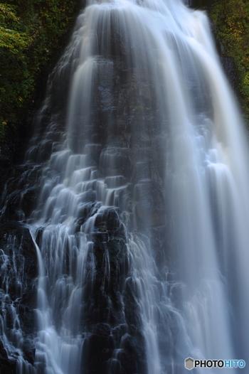 乗鞍岳麓にある番所大滝は水量が多く圧倒的な存在感を放っています。落差40メートル、幅15メートルの番所大滝が散らす白いしぶきと黒い岩肌のコントラストが美しく、番所大滝はいつまでの眺め続けていたくなる魅力があります。