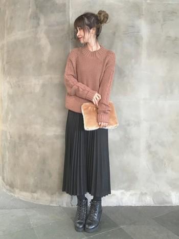 プリーツスカートも縦のラインが強調されて、ほっそり着やせ効果が高いアイテムです♪ロング丈は脚をすっぽり隠してくれるのもうれしいポイント。秋冬にぴったりのクラシカルな雰囲気も素敵ですね。