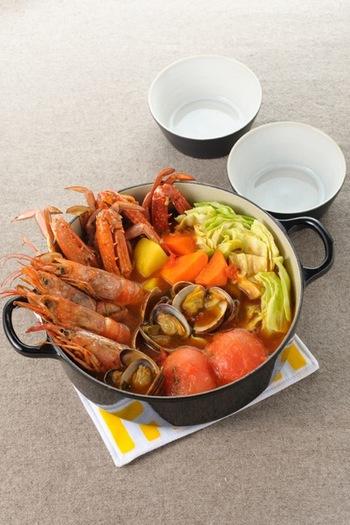 たっぷり魚介と大きいままのトマトで見た目も豪華な洋風お鍋。しめはパスタを入れても、ご飯を入れてリゾットでもいいですね。