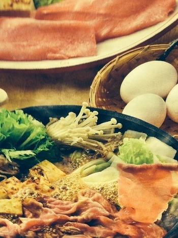 甘い割じたと溶き卵の組み合わせが美味しい、すき焼き♪ お肉が主役なイメージですが、ネギや春菊、えのきなどお野菜もたっぷり食べれます。
