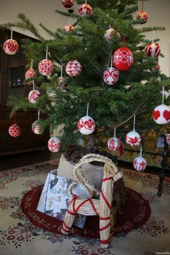 手編みのクーゲル(クリスマスボール)は、同国の人気デザインデュオ「アルネ&カルロス」が伝統模様に基づいてデザインしました。根元に飾られたダーラナホースは隣国スウェーデンのシンボルとしておなじみですが、もともとはノルウェイの原産だそう。