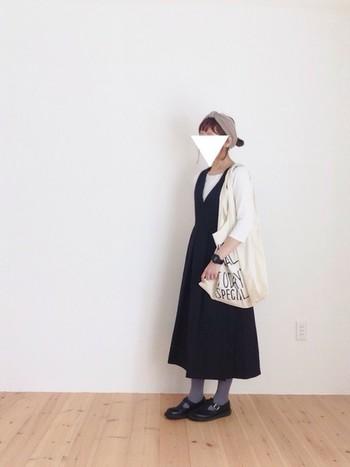 使い勝手のよい黒のジャンパースカートは、1枚持っていると本当に便利! 白のトップスと合わせてヘアバンドやカラータイツ、時計、バッグなどの小物で自分らしさを出すというコーディネートは楽しそうですね♪