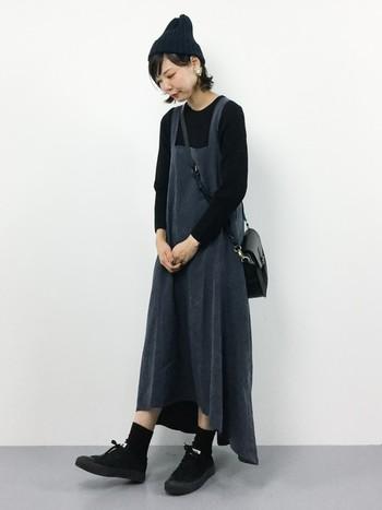 チャコールグレーのエプロン風ジャンパースカートにトップスにバッグ、シューズにブラックを使ったツートーンコーデ。ジャンパースカート自体はガーリーなデザイン&素材なのですが、ニット帽とスニーカーでカジュアルさをプラスしているので、絶妙なバランスの甘辛ミックスコーディネートになります◎
