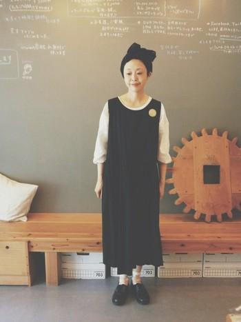 黒のジャンパースカートのちょっとリラックスしたコーディネートも◎ブローチやヘアアクセサリーで個性を出して…。お出かけにも、デイリーにも使えるジャンパースカートならではです。