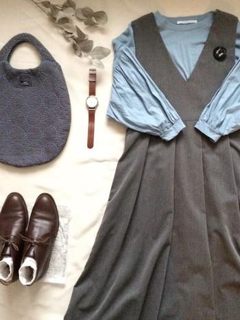グレーのジャンパースカートのお出かけコーデ。グレーと淡いブルー、ブラウンのやさしい色合いでまとめたコーディネートは、近くにいる人も優しい気持ちにしてくれそうです。