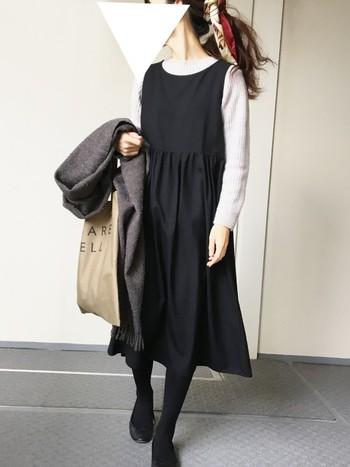 お出かけにピッタリな黒のジャンパースカートコーデ。ストールもグレーでシックにまとめられています。ヘアアクセサリーとして使ったスカーフが、レディな印象をプラスして華を添えてくれていますね♪