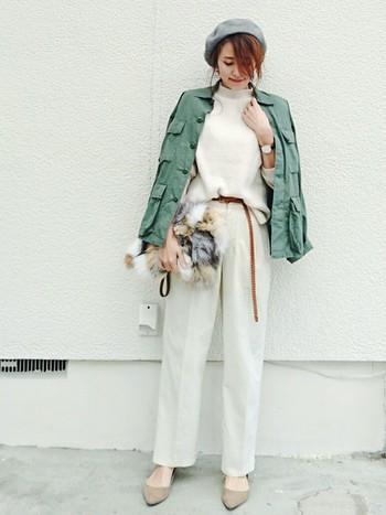 ホワイトonホワイトの上品コーデ。 ミリタリージャケットを羽織るだけで、大人っぽくまとまります。 ファー小物やベレー帽、ベルト、時計でシンプルなアクセントをプラスするとさらに◎