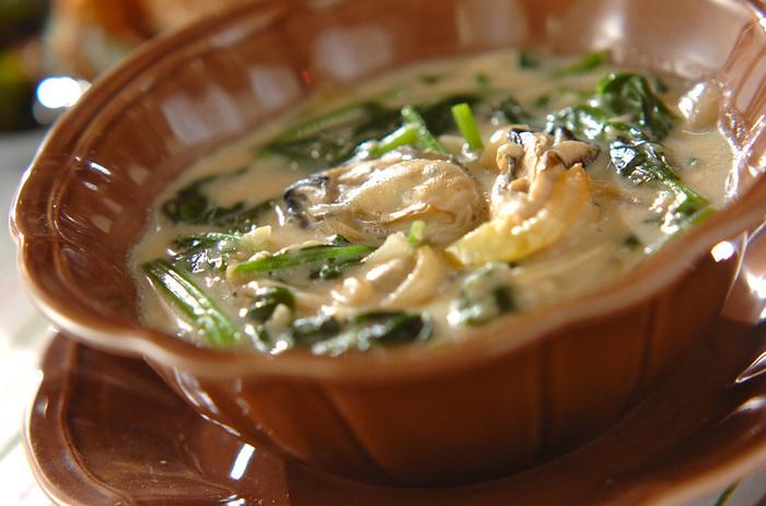 栄養価が高いことでも有名な牡蠣と、ビタミンが豊富なホウレンソウ。生牡蠣の下処理さえできれば、あとはフライパンひとつで簡単に作れるのもうれしい♪