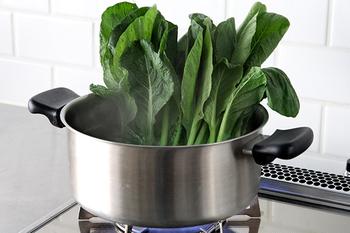 【両手鍋】 週末にたっぷり煮洗いしたい人はこちらを。浅型と深型の2種類。普段はカレーやシチュー、パスタを茹でたり。出番の多いお鍋です。
