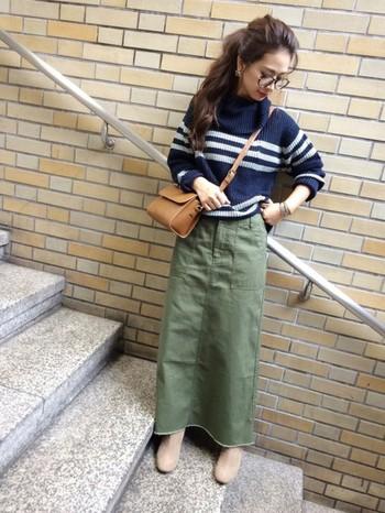 ロング丈のミリタリースカートは、シンプルなボーダーと合わせると、洗練された大人カジュアルスタイルに。