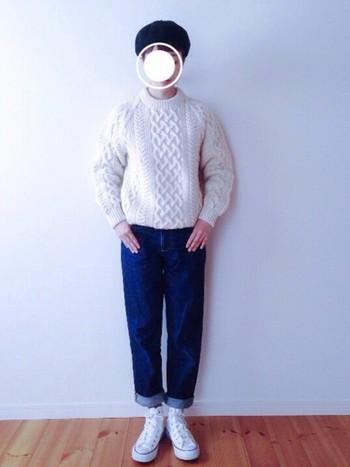 アラン編みの真っ白なニット×デニムのシンプルなコーディネート。上質感漂うニットは、アランニットの最高峰ブランド「INVERALLAN(インバーアラン)」のもの。とっておきのニットを引き立たせたいなら、このくらいミニマルなコーデに仕上げるのがおすすめです。ベレー帽やハイカットのコンバースなど小物使いも上手。