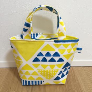 イエローが鮮やかな保冷トートバッグ。子供も大人も使えるデザインです*
