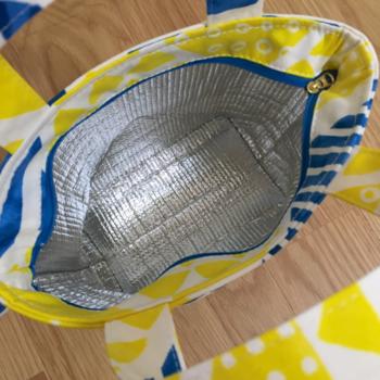保冷バッグは保冷材の水滴が漏れる可能性もあるので、丈夫な厚い生地や撥水加工がしてある生地など、水に強い生地で作るのがオススメです。ファスナー部分もしっかりと縫い付けましょう。
