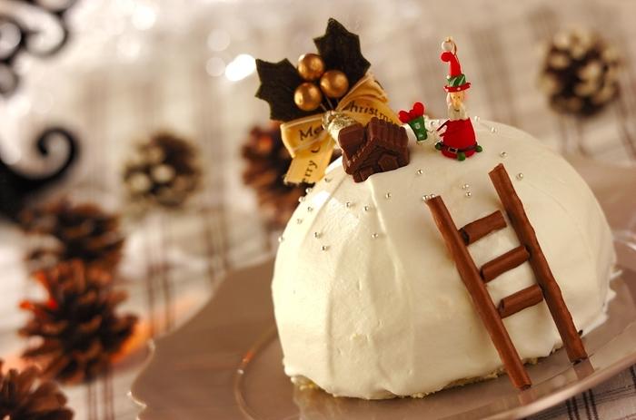 市販されているスポンジケーキを、大きさを変えてカット。重ねて生クリームで形を整えれば、可愛らしいドームケーキの出来上がり♪ 売られている形をそのまま使うよりも、一手間加えるだけで、華やかさもグンとアップします。