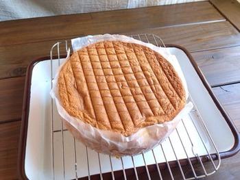 スポンジ作りで最も大変なのが、ケーキのふんわり感を左右するメレンゲ作り。わざわざメレンゲを作らない方法なら、泡立てる手間もかからず、生地はしっとり。