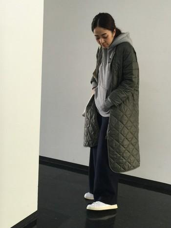 ノーカラーのキルティングコートなら、下にパーカーをレイヤードしてみて。寒い冬でも楽チン&あたたかに過ごせます♪