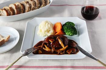 和食はもちろんのこと、こんな洋食を盛り付けても素敵です。お皿のデザインや色合いに、ほんのり和風の雰囲気が漂っていつもとは違う食卓に。