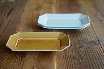 隅をカーブを付けて切り取られた角皿は、少し華やかで縁のデザインを生かしたい一皿。高さがないので、お料理を並べて上ら見て楽しむ盛り付け方もできます。